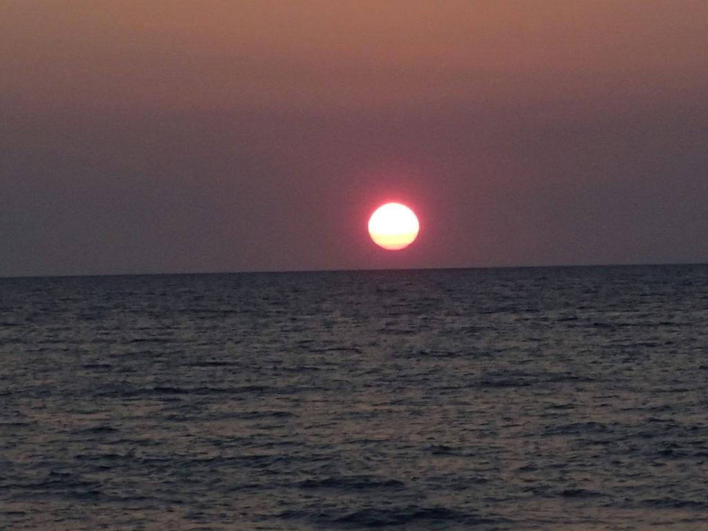 スルー海に沈む夕日は愛で溢れている