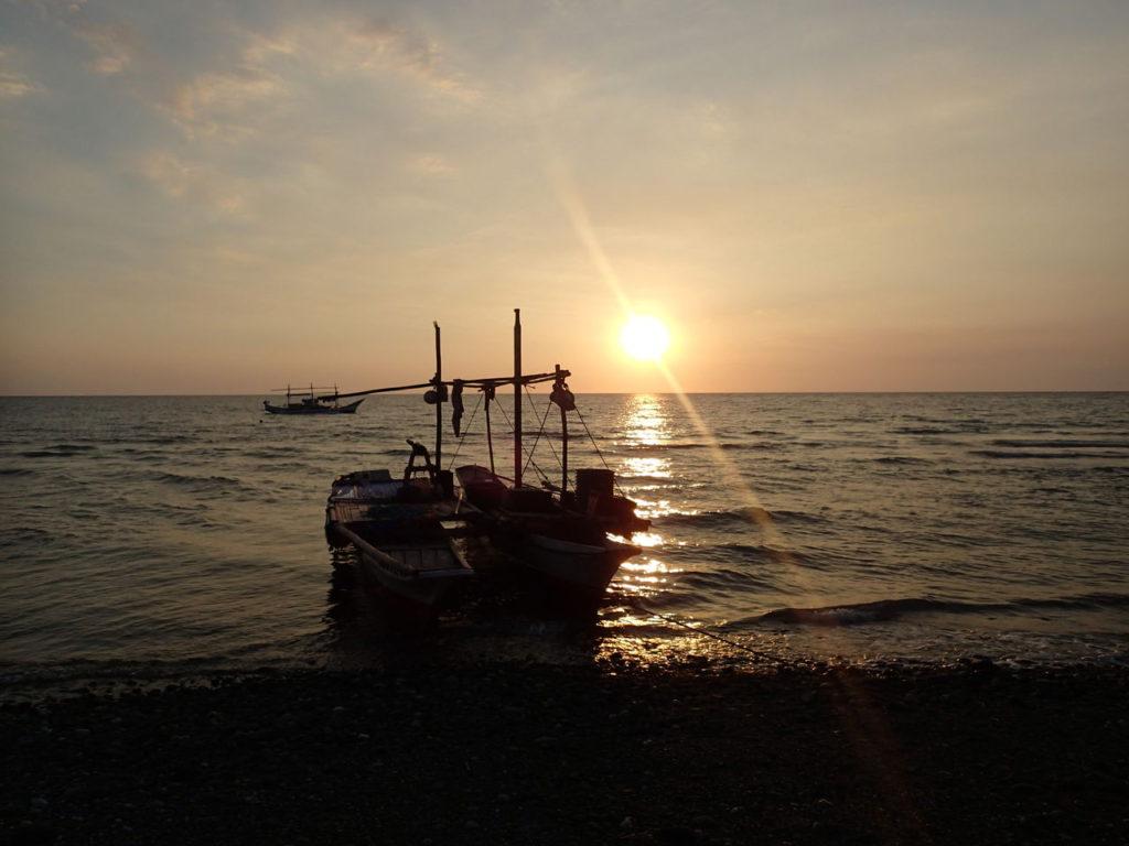 スルー海に沈む夕日