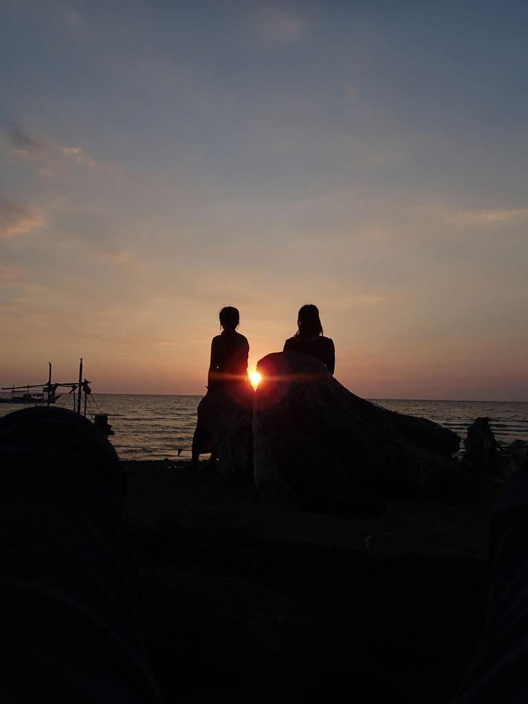 スルー海の夕日と日本の大学生