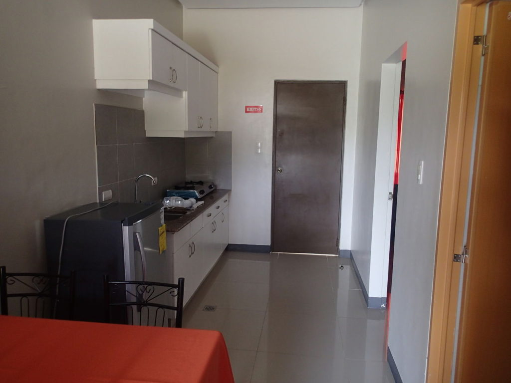 ドゥマゲッティ2LDK家具付きアパートビレッジ内リビングキッチン