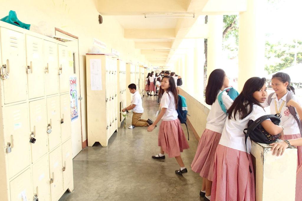 シリマン中高校生徒と校舎