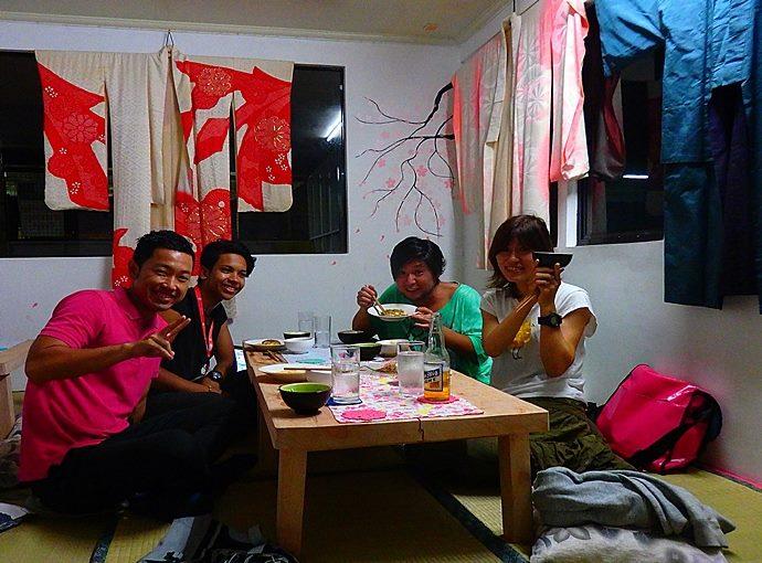ドゥマゲッティの和食店に日本人みんなで集まる