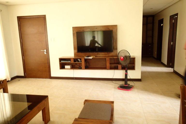 ハサラムコートヤードリビングの大きなテレビ