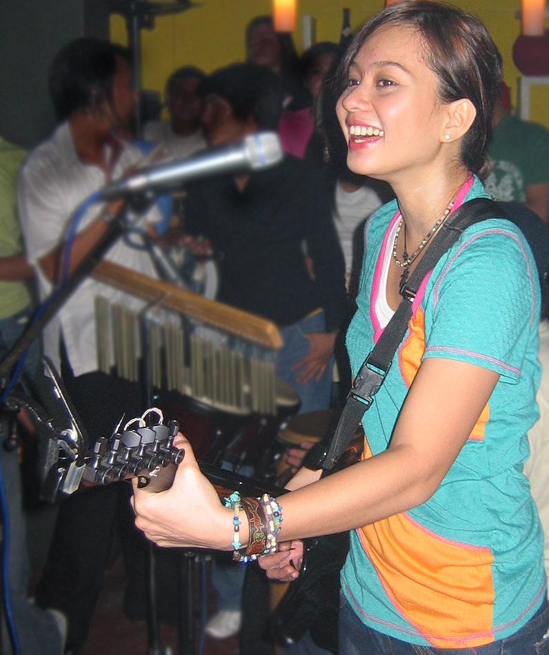 フィリピンの有名シンガーのライブに招待される